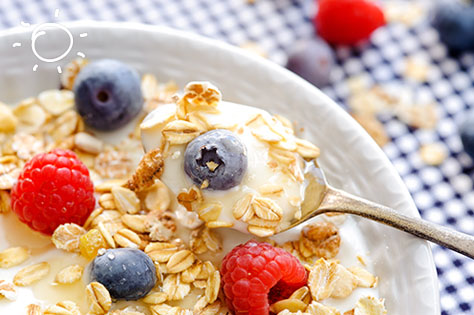 plain yoghurt with honey and fruits
